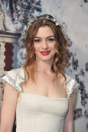 Anne_Hathaway_White_Fairy_Tale_Love_Ball_Photocall_Iyss1DAN-Ayl.jpg