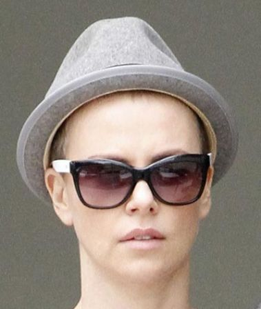 Charlize Theron chauve